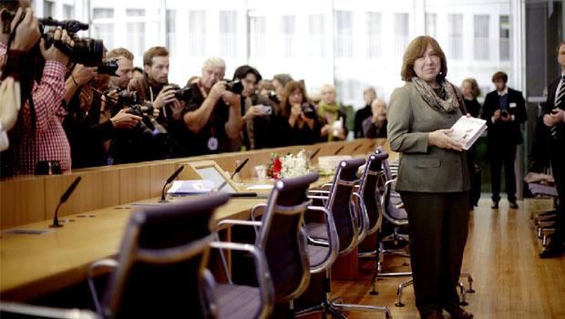 Svetlana Alexiévich (recebendo o Nobel de Literatura na Suécia) que se emociona ao descrever os desastres que atingem os indivíduos. Ao ver pedaços de soldados que haviam pisado numa mina, desmaiou, mas narrou os fatos