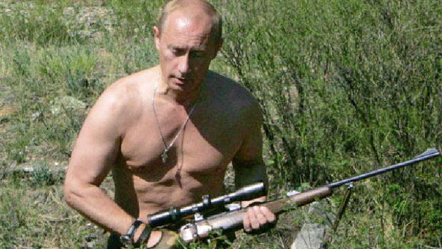 Vladimir Putin: o presidente russo mistura traços autoritários de Stálin e dos czares e usa a religião como instrumento político de coesão e apelo popular. Nas suas folgas, exibindo-se, mostra-se como atleta, caçador e guerreiro armado