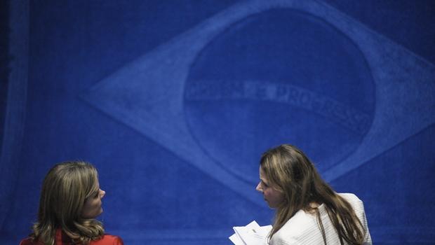 As senadoras Gleisi Hoffmann e Vanessa Grazziotin conversam no plenário durante sessão que iniciou processo contra Dilma | Foto: Pedro França/Agência Senado