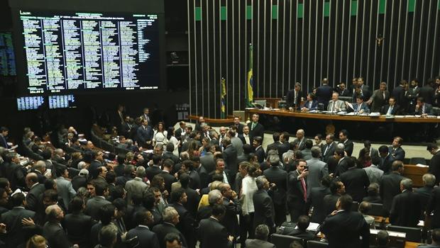Congresso aprova projeto que altera meta fiscal de 2016 e Temer tem sua primeira vitória