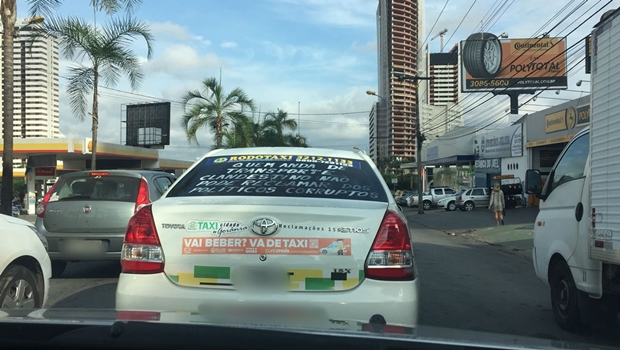 Taxista chama atenção nas ruas de Goiânia por mensagem que critica usuários de Uber