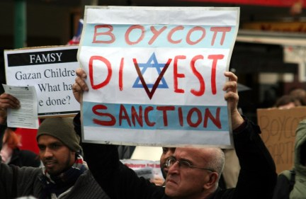Protesters urging sanctions against Israel at a rally in Melbourne, Australia, June 5, 2010. (Wikimedia Commons)