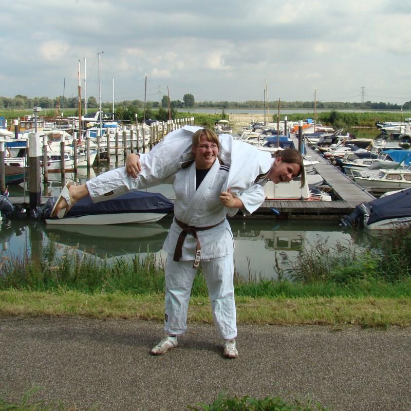 Sandra Bax met haar (voormalig) trainingsmaatje Marieke Goudriaan op haar nek. (2008)
