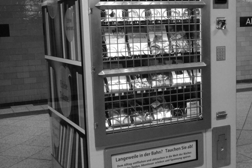 Hier ist ein Bücherautomat am Berliner Alexanderplatz zu sehen. Gegen Einwurf von Münzen lässt sich eine Lektüre ziehen