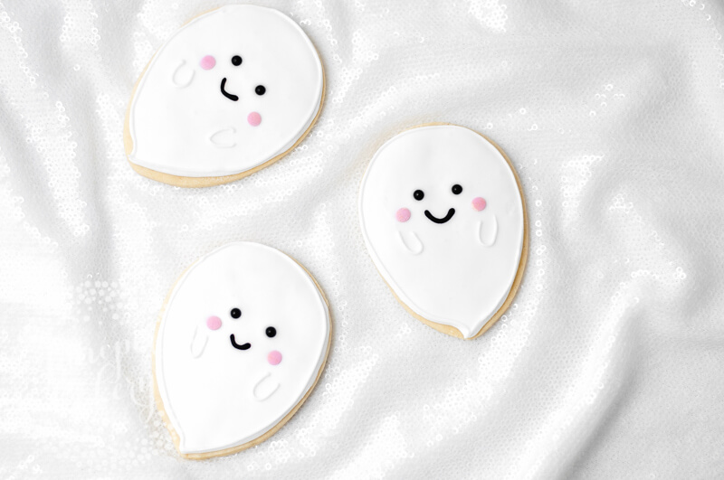 Sweet and cute ghost cookie tutorial by Juniper Cakery