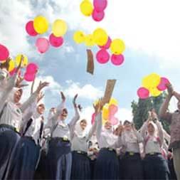 Siswa_MTs_Negeri_Banyuwangi_1_melepaskan_balon_harapan_setelah_pengumuman_hasil_kelulusan_kemarin