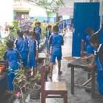 Hari Pertama Sekolah Bersihkan Abu Vulkanik