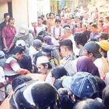 Warga-memenuhi-rumah-orang-tua-Robi-di-Dusun-Klontang,-Desa-Gendoh,-saat-Jenazah-Robi-tiba-kemarin.