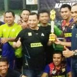 Wakapolres-M.-Yusuf-Usman-(pegang-piala)-foto-bersama-tim-Dinas-PU-yang-memenangkan-Futsal-Championship-Series-Kapolres-Cup-II-2016