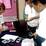 Petugas-KP3-Tanjung-Wangi-mengecek-barang-bukti-milik-Maulana-kemarin