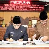 Bupati-Anas-dan-Ketua-DPRD-Made-Cahyana-menandatangani-berita-acara-pengesahan-raperda-P-APBD-2016.