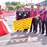 Ketua-Panitia-HUT-Kemerdekaan-RI-ke-71-Kecamatan-Rogojampi,-H.-Nanang-Nurachmadi-(pegang-bendera-start)-memberangkatkan-peserta-karnaval,-kemarin.