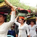 Para-wanita-di-Dusun-Andong,-Desa-Tamansuruh,-Kecamatan-Glagah,-mempersiapkan-ritual-Tumpeng-Songo.