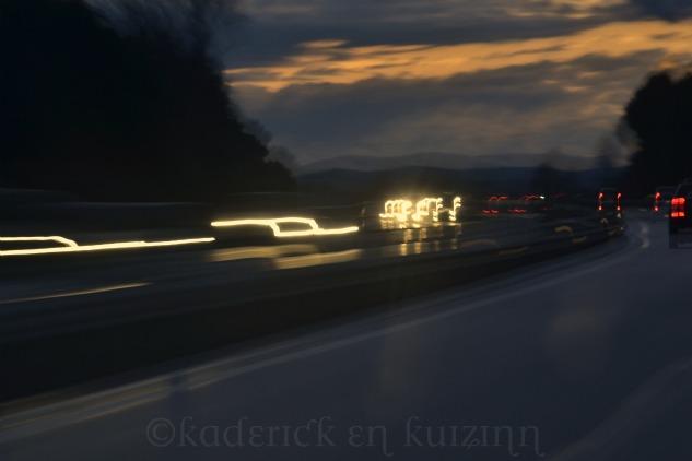 """Phare sur la route formant des notes de musique pour le thème """"lumière"""" du projet 52"""