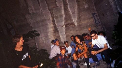 1993 cuoghi corsello con i bambini grafitisti nel pilone della funivia di S.Luca