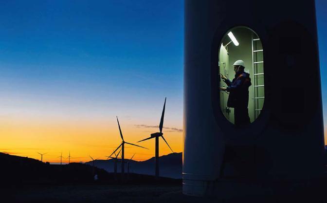 Frosolone (Isernia), ore 7.04 Il tecnico Cristian Valerio, addetto all'esercizio e alla manutenzione, effettua un controllo su uno dei 45 generatori dell'impianto eolico dell'Enel foto Antonello Nusca
