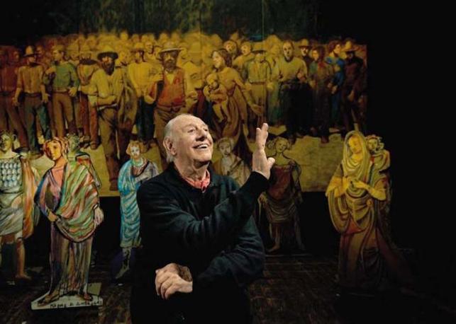 Milano, ore 21.02 Il drammaturgo e autore dell'Opera Teatrale «Mistero Buffo» (scritta nel 1969) e premio Nobel per la Letteratura (nel 1997) Dario Fo nella sua veste di giullare al Teatro Nuovo. Foto di Francesco Cito