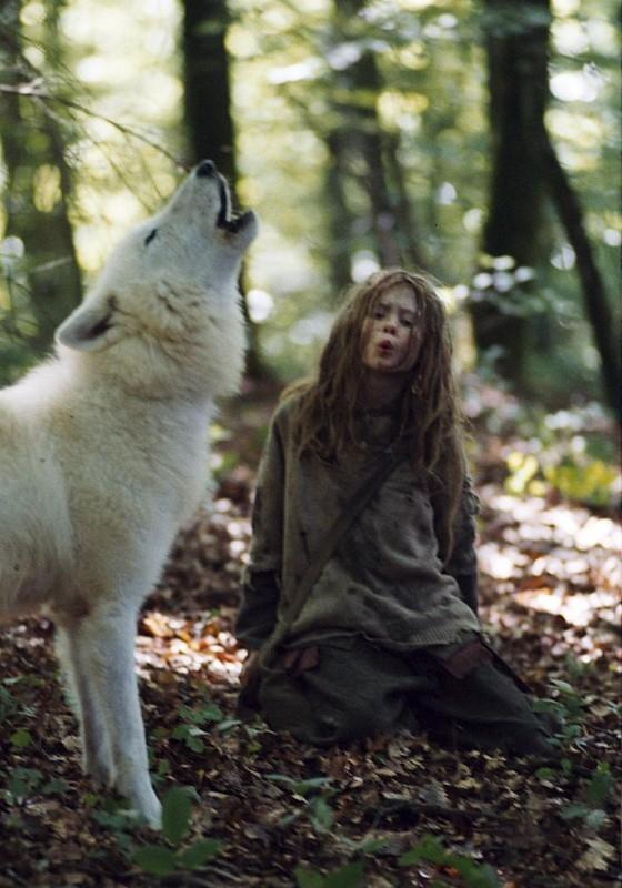 mathilde-goffart-in-una-scena-del-film-sopravvivere-con-i-lupi-57056