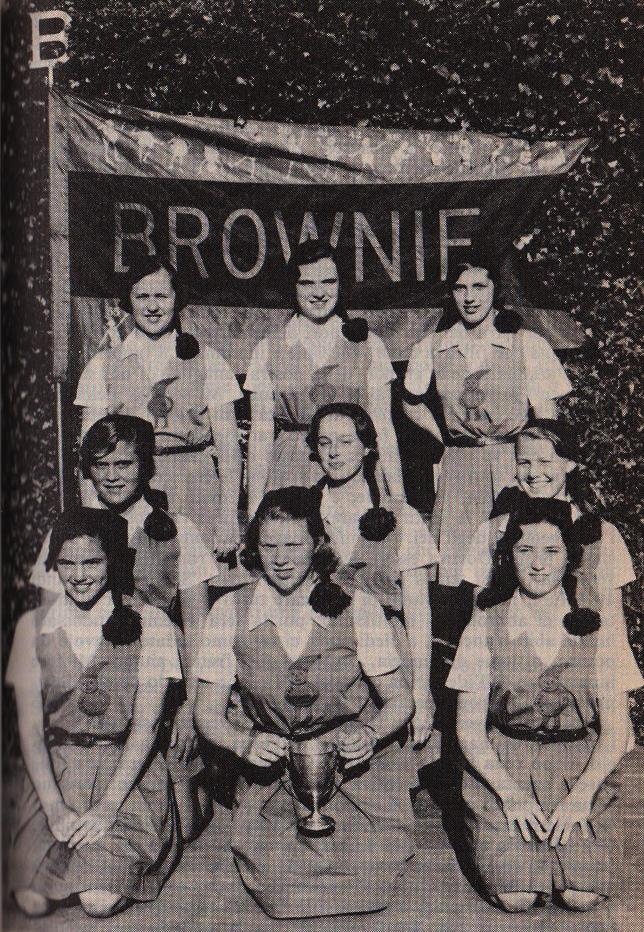 Edie Sedgwick, Saint Timothy, squadra di basket Brownie, 1958, Edie è la prima in basso a sinistra