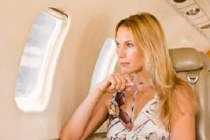 Wow, Ini Dia Tipsnya Agar Anda Terlihat Cantik Saat Turun Dari Pesawat