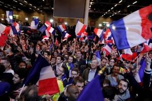 仏大統領選、マクロン氏とルペン氏が決選投票へ