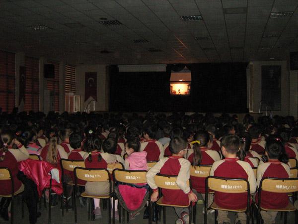 Lüleburgaz'da bir okulda Emin Şenyer'in Karagöz oyunu