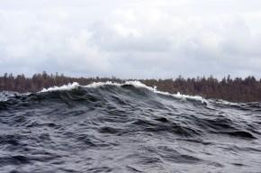 """Das ist die perfekte """"hohe"""" Welle (die das kleine Boot durchrüttelt)"""