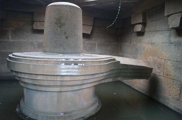 Badavilinga Temple, Hampi. Copyright Karnataka.com