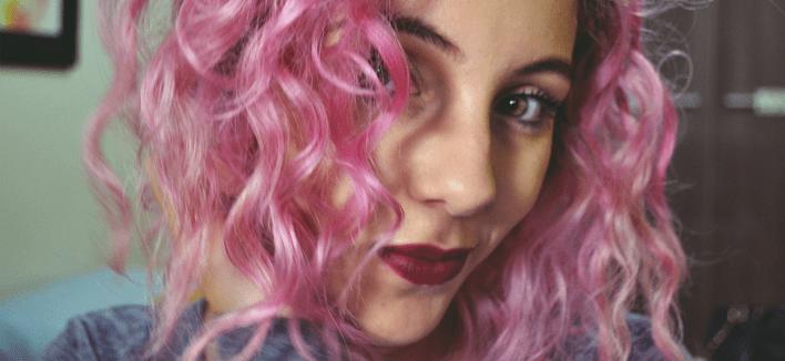 VÍDEO: Como fazer cachos e ondas no cabelo (especial cabelo colorido)