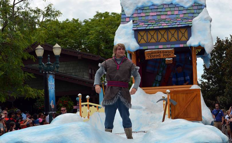 Anna and elsa s royal welcome parade featuring kristoff at hollwood