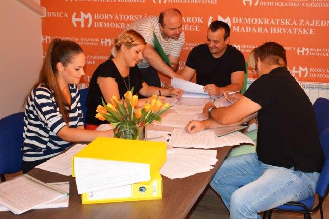 Egy hét alatt a HMDK jelöltjeit több mint 1500 horvátországi magyar támogatta aláírásával. - Köszönjük szépen! Biztos vagyok abban, hogy kiérdemeljük ezt a nagy bizalmat. Elnézést kérünk mindazoktól, akikhez ebben az egy hétben nem jutottunk el - mondta Jankovics Róbert.