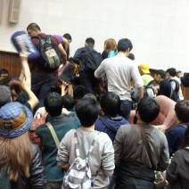 Students trying to block the door at the police's attempt at breaking through (Photo by 許文輔)