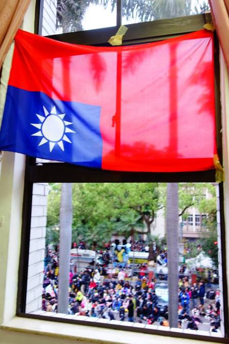 Upside down flag to signal distress (Photo by Alysa Chiu)