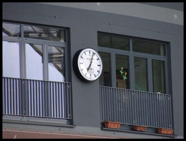Endlich wieder eine analoge Stadionuhr im Millerntor-Stadion. Hat lange genug gedauert, bis es endlich im Millerntor-Stadion wieder eine ANALOGE Stadionuhr gibt, wie damals auf der Anzeigentafel. Werbeinlet für das FC St. Pauli - Museum. Leider ist das Ziffernblatt bei Flutlicht von meinem Standpunkt aus (Südkurve Mitte, Stehplatz ganz oben) nicht erkennbar, weil sich die Flutlichter im Glas spiegeln. ;-(