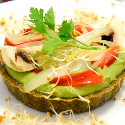 Quiche de clorofila con semillas, verduras y setas