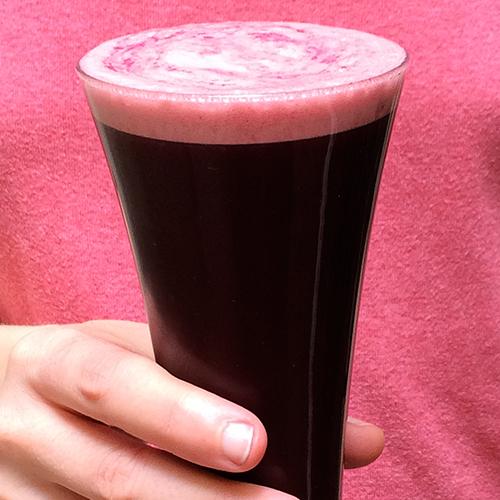 El elixir de piña y mora parce salido de una leyenda fantástica. Casi negro, con tonos morados, espeso como una pócima mágica, coronado de una espuma burbujeante rosa y blanca. Su sabor es increíble, su textura es densa. Está cargado de enzimas súper beneficiosas gracias a la piña (bromelina) y de agentes antioxidantes y anticancerosos de la piña. Aunque se vea de color morado casi negro, este zumo contiene ingredientes de muchos colores con beneficios medicinales muy diversos: amarillo, rojo, azul, morado, verde. Si tuviese que escoger un zumo de frutas para beber a menudo, sin duda, escogería éste.