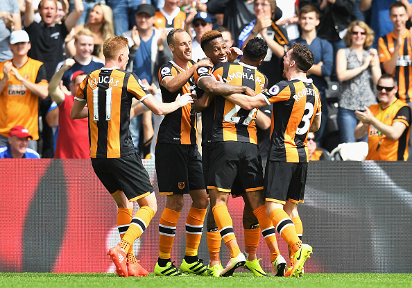 HULL, ENGLAND - AUGUST 13: Abel Hernandez of Hull City celebrates scoring his sides first goal with his team mates during the Premier League match between Hull City and Leicester City at KCOM Stadium on August 13, 2016 in Hull, England. (Photo by Michael Regan/Getty Images)