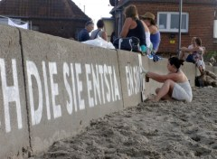 Auf der Rückseite der Mauer wird großflächig mit Schablonen ein Zitat von Albert Einstein angebracht (Foto: C.Koch)