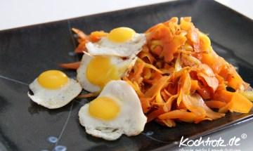Karottennudeln mit Mango und Wachteleier