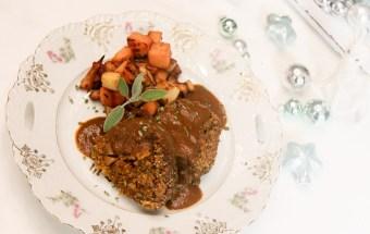 weihnachtsmenue2014-vegan-vegetarisch-glutenfrei-hauptgang-maronen-quinoa-rolle-braten-mit-gemuese-fuellung-und-gebratenen-suesskartoffel-und-pastinaken-wuerfel-1-12
