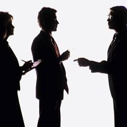 Komunikasi manusia dengan manusia melalui alat/media komunikasi