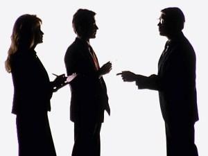 Komunikasi manusia dengan manusia melalui alat,media komunikasi