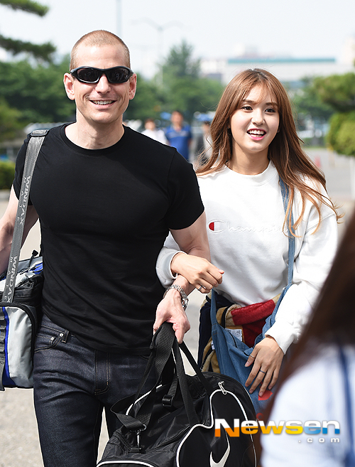 Image: Father-daughter Matthew Douma and Jeon Somi walking to Happy Together 3 recording / Newsen