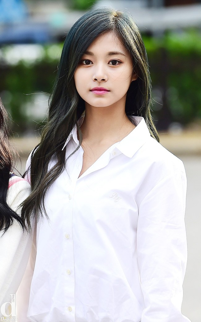Image: Two times Tzuyu / Dispatch