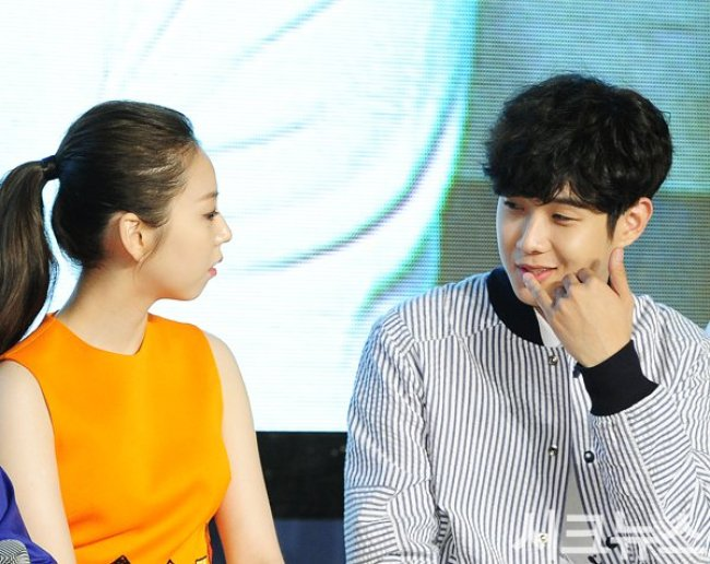 Image: Sohee and Choi Woo Sik talking quietly together on stage