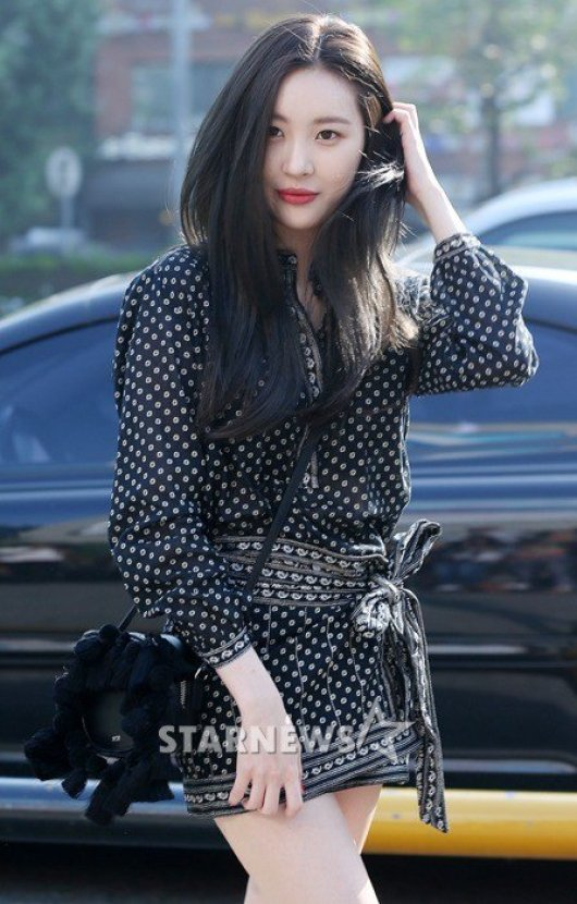 Image: Sunmi making her way towards Music Bank for Wonder Girls' comeback