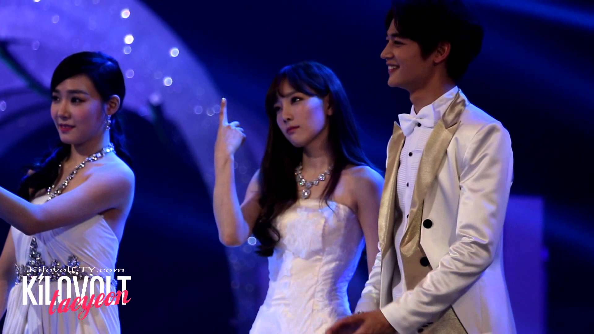 Image: Fan taken photo of Taeyeon and Minho next to Tiffany during event