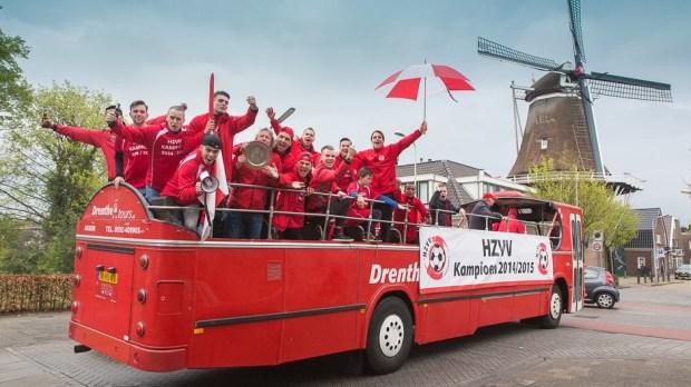 1e Selectie HZVV is kampioen en maakt tour door Hoogeveen in open bus.