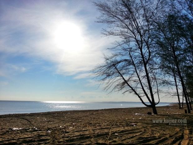pemandangan pantai kotor