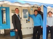 Jeroen Katinger (links im Bild) und sein Team von KraussMaffei Österreich präsentierten eine Spritzgießmaschine der Baureihe CX am Standort der Firma HTM Sport (Tyrolia) in Schwechat.   Foto: Kerstin Sochor
